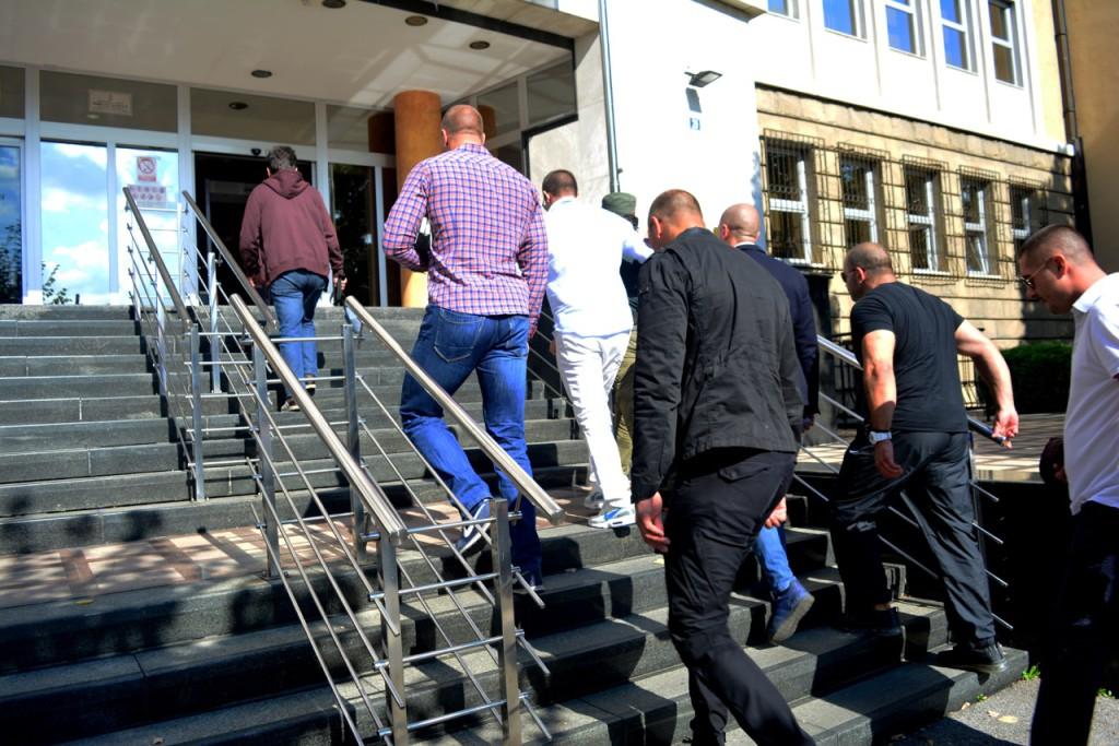 """Veliko interesovanje za suđenje. """"Publika"""" ulazi u zgradu Specijalnog suda. Bilo je 42 ljudi u publici, uglavnom prijatelja i rodbine optuženih i Ulemeka. Pored njih su bili predstavnik Slavko Ćuruvija fondacije, Veran Matić i Ljiljana Smajlović (pre nego što je morala da napusti praćenje suđenja), foto: Jana Nikolić"""