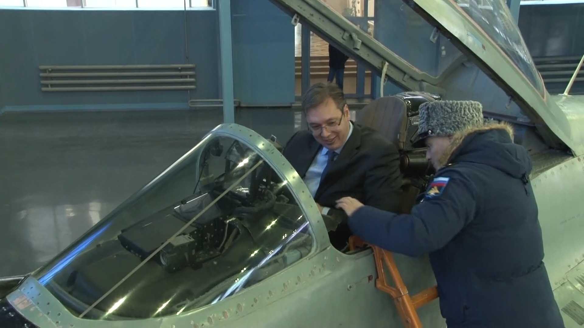 Premijer Srbije Aleksandar Vučić je tokom jednodnevne posete Moskvi 21. decembra obišao jedan od poligona ruske borbene avijacije gde je prisustvovao prezentaciji aviona i vojne opreme Ruske Federacije / Foto: FoNet