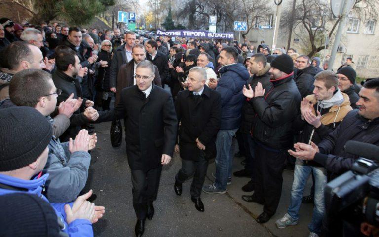 Stefaović sa pristalicama ispred Višeg suda u Beogradu Foto: FoNet / Oliver Bunić
