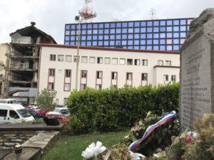 Spomenik ubijenim radnicima RTS-a na Tašmajdanu, ispred srušene zgrade (foto: Perica Gunjić / Cenzolovka)
