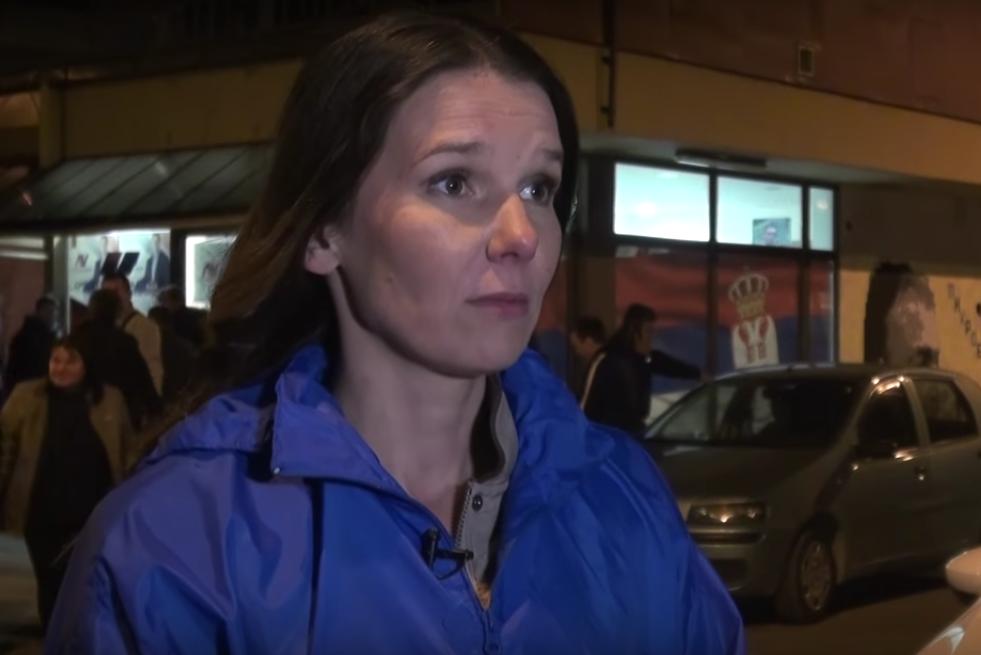 Novinarka N1 Gordana Bjeletić nakon što je izbačena iz štaba SNS-a; Foto: Youtube Screenshot/ Lucky Star Media