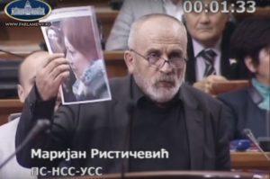 Poslanik Marijan Rističević pokazuje fotografiju novinarke Antonele Rihe; Foto: Youtube screenshot/ ParlamentSrbija