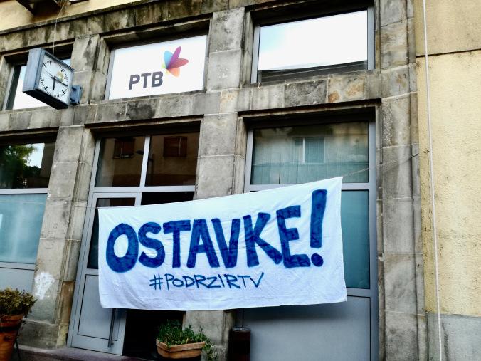 Transparent ispred upravne zgrade RTV-a i Radija Novi Sad Foto: Podrži RTV