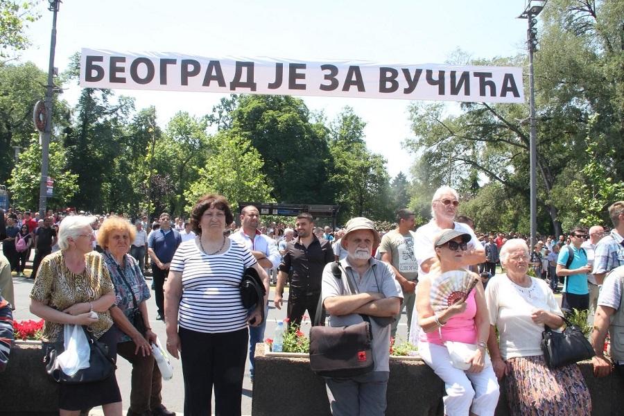 Novinarku bukvalno odneli sa skupa podrške SNS-u; Foto: FoNet/Aleksandar Levajković